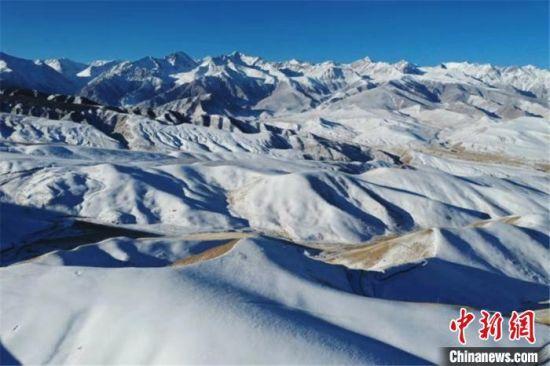 图为航拍巍峨连绵的祁连山。 郎文瑞 摄