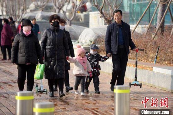 图为开园仪式结束后,市民在公园游玩。 韦德占 摄