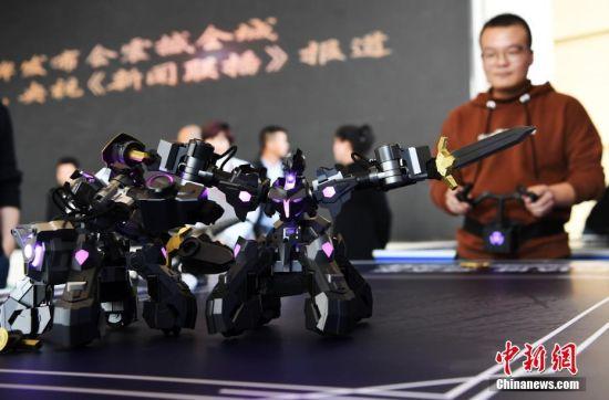 """图为机器人""""对战""""。 杨艳敏 摄"""