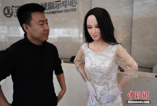 图为高仿真美女机器人。 杨艳敏 摄