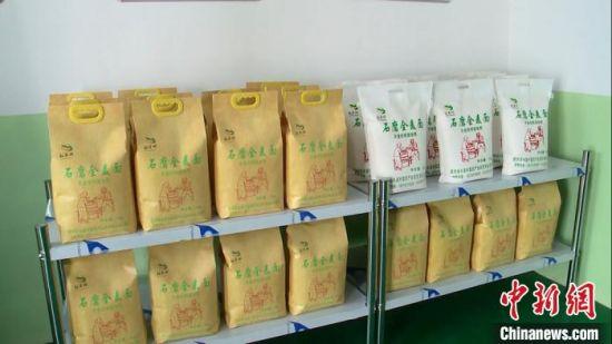 图为生产加工后的石磨全麦面粉成品展示。 常国栋 摄