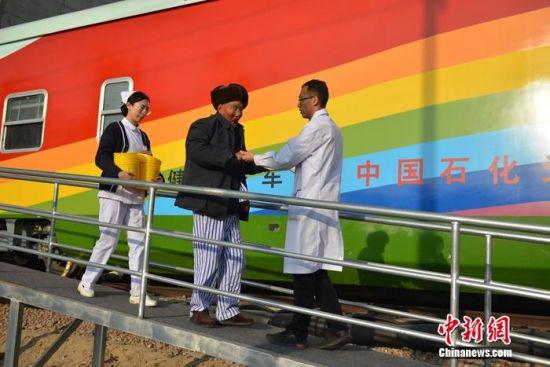 中国石化光明号健康快车开进定西。刘博摄