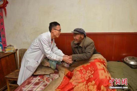 健康快车在专家组与基地医院医护人员通力合作下,已为甘肃省1042名白内障患者免费实施手术,送来光明。刘博 摄