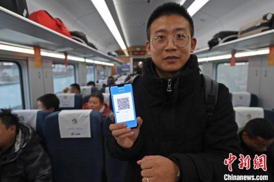 旅客展示12306手机APP生成的动态二维码。 杨艳敏 摄
