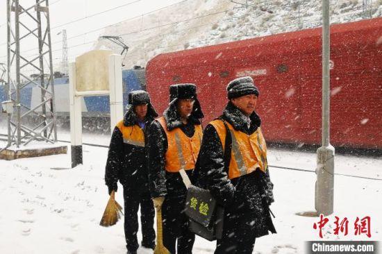 图为中铁兰州局集团有限公司职工干部扫雪保障旅客安全出行。 王喜栋 摄