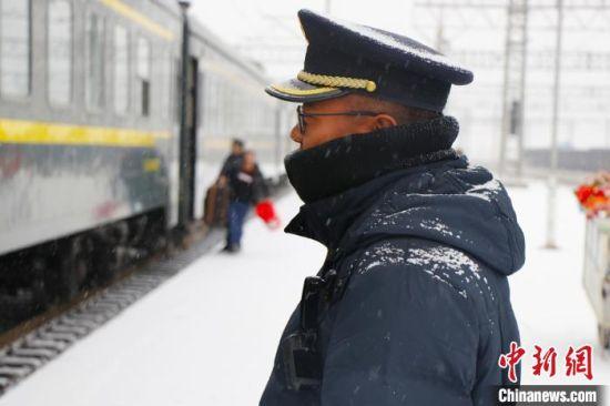 图为兰州局集团公司强化安全生产关键岗位盯控,重点把控接发列车。 王喜栋 摄