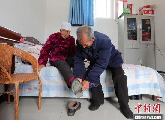 住在养老院里的老人相互帮助,乐享晚年。 王维 摄