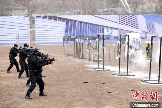 图为兰州公安系统开展实战演练现场。 崔琳 摄