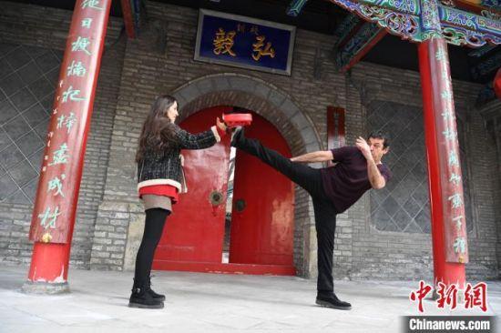 图为加拿大外籍教师约瑟夫・坎泊尔正在中国妻子的陪练下练习武术。 杨艳敏 摄