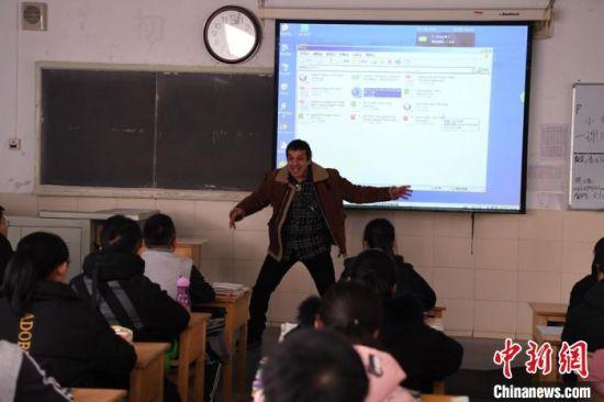图为约瑟夫・坎泊尔正在给学生们上英语课。 杨艳敏 摄