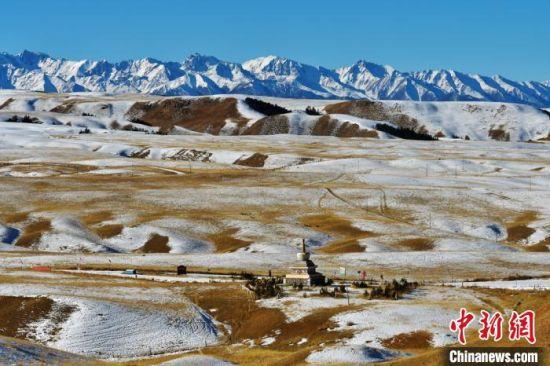 �D�槠钸B山(shan)下的冬日雪(xue)景。 �耀德 �z