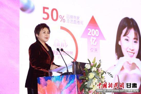 安利(中国)总裁余放发表演讲。