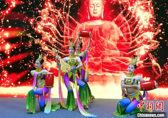 """由甘肃省文化和旅游厅主办的""""丰收了?游甘肃""""冬春旅游""""双重尊享・特产有礼""""活动在广州举行。 程景伟 摄"""