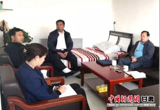 分管县长马胜明带领社保局、税务局局长到各乡镇调研城乡居民养老费征缴情况。