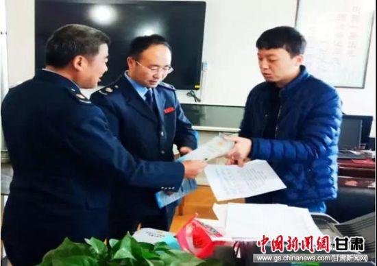 税务干部在临夏县各乡镇开展城乡社会保险费宣传和征缴督导工作。