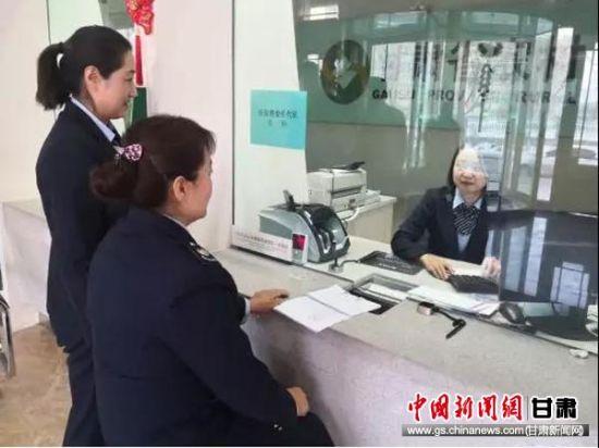 税务干部在营滩乡信用社网点帮助解决疑难问题。
