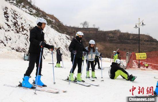 游(you)客在(zai)�]�|(dong)滑雪�鲶w�滑雪�\�印!「哒� �z