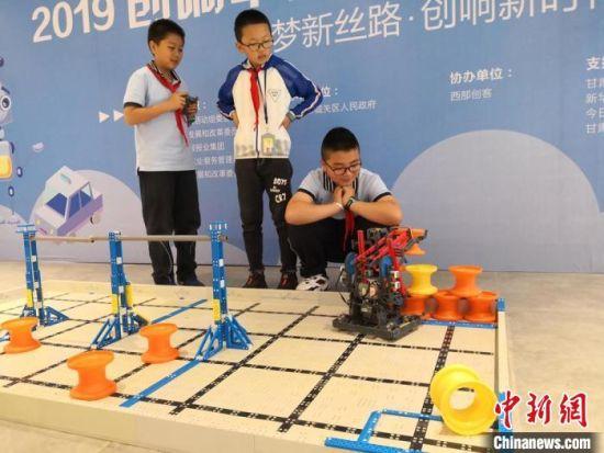 图为兰州小学生展示VEX机器人。 杜萍 摄