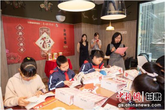 甘肃省委网信办工作人员给孩子们做安全上网文明上网知识普及