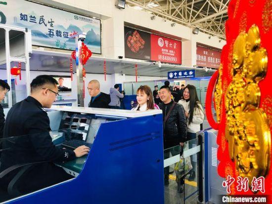 在兰州中川国际机场的民众排队等候验证。 艾庆龙 摄