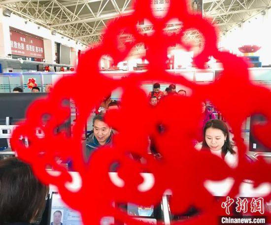"""""""春�(jie)�b�""""扮�n出入境chao)叻�mjian)查(cha)�糖�(qin)�F(xian)��(chang)。�D�槊癖�排(pai)�通�^��C台。 艾�c(qing)�� �z"""