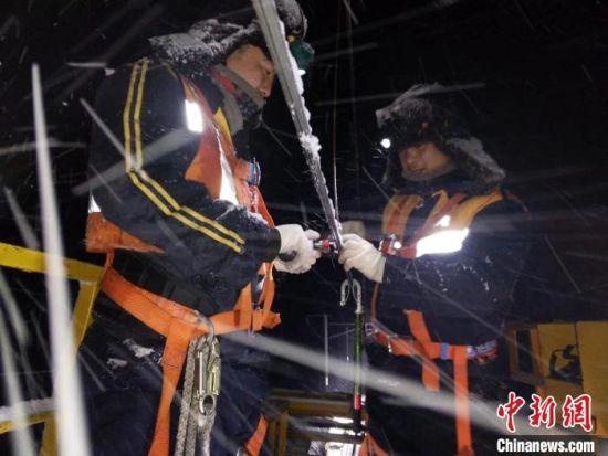 图为2020年春运期间,铁路供电人对接触网设备进行巡视测量。 兰州局集团宣传部供图