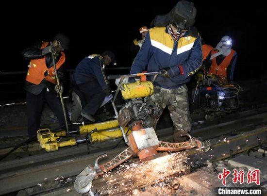 图为工务青年寒夜打磨钢轨。 兰州局集团宣传部供图
