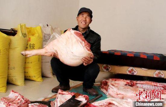 1月21日,甘肃庆阳市西峰区肖金镇漳水村脱贫户贾海峰喜笑颜开备年货。 盘小美 摄