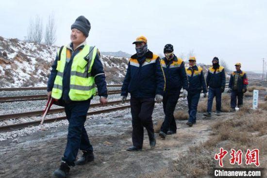 祁红亮带领工友去现场作业。 王光辉 摄