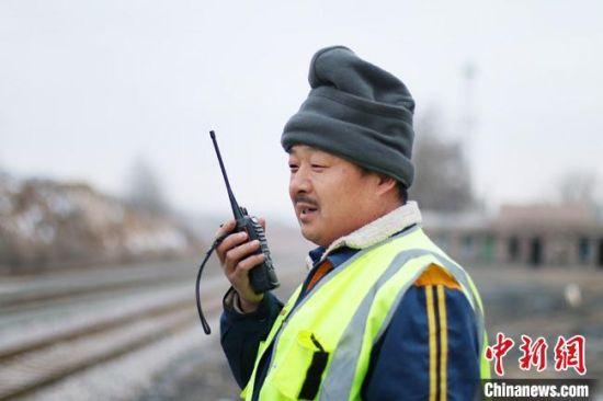现场防护的祁红亮正在和驻站的妻子李春玲试通话。 王光辉 摄
