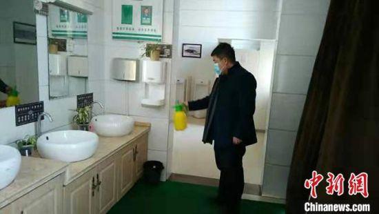 图为2月初,工作人员对敦煌市旅游景区卫生间进行防疫消毒。 敦煌市委宣传部供图 摄
