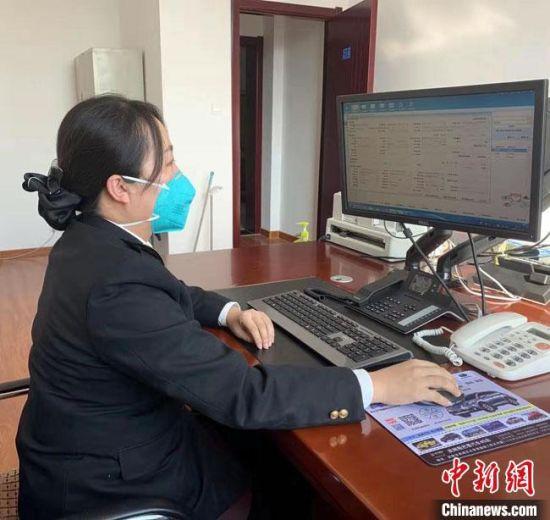 """兰州海关通过""""中国国际贸易单一窗口""""""""互联网+海关""""等系统,实现海关业务线上办理,并对已办结的业务回执提供邮寄服务,防止人员聚集增加疫情感染风险。 兰州海关供图 摄"""
