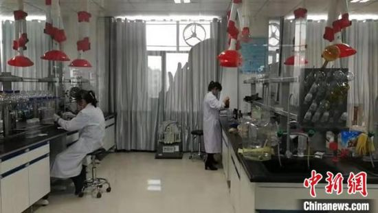 图为工作人员对甘肃水源地水质进行检测。 甘肃省生态环境厅供图