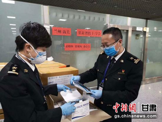 �D�樘m州海�P工作人�T抽�z境外捐�的(de)�t用口罩。