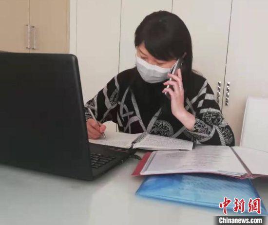 �D(tu)��(wei)心理�o(fu)��(dao)老(lao)��(shi)��(wei)咨�者�M行(xing)��心理�o(fu)��(dao)。 教育�C(ji)��供�D(tu) �z