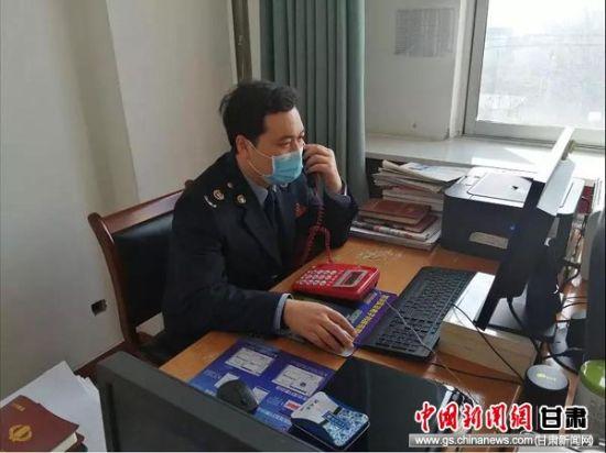 甘谷县税务干部使用电话向企业及时宣传解释企业捐赠的相关税收优惠政策。