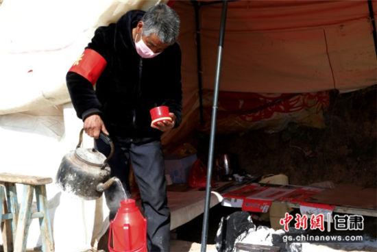 图为陇南银发志愿者为表心意,主动在村里的疫情监测点干点力所能及的小事。吕宏 摄