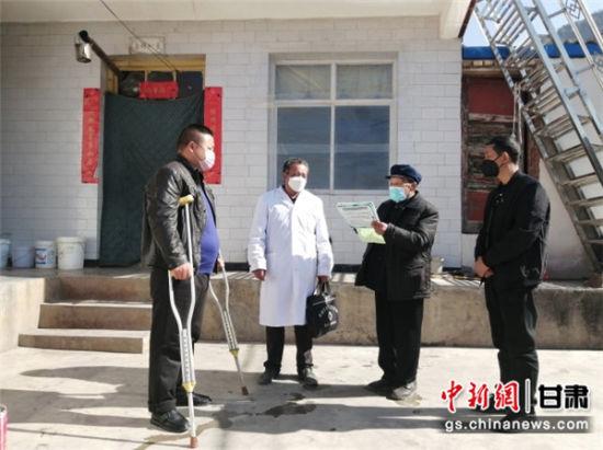 图为陇南武都观音坝村84岁志愿者(右二)主动与村干部、村医一起入户宣传疫情防控知识。史卫平 摄