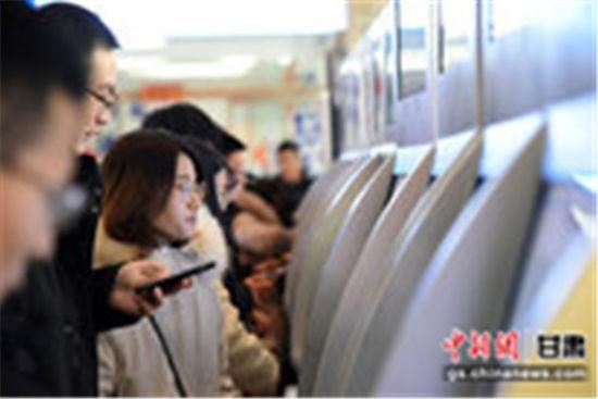 图为2020年春运期间,甘肃乘客利用自助购票机自主购买客运车票。(资料图)