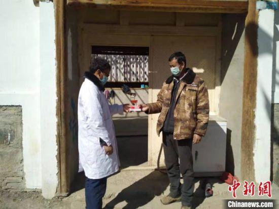 图为甘肃甘南基层医务人员坚守抗疫一线。(资料图) 钟欣 摄