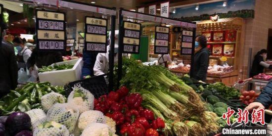 图为兰州市城关区大型超市蔬菜区种类丰富,以供当地民众随意挑选。 张婧 摄