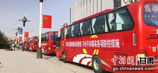 图为500多名当地务工人员乘坐大巴从甘谷县出发,驶向江苏、浙江等地用工企业。