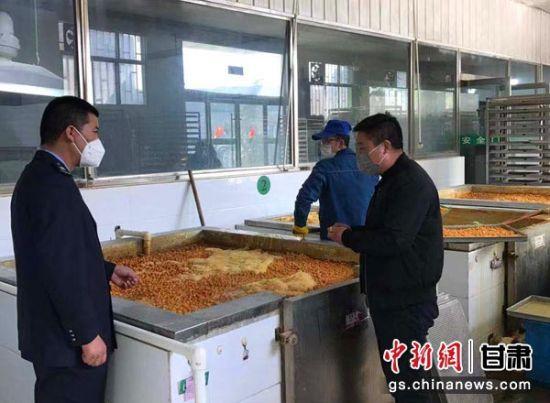 图为税务部门组织干部上门了解中药企业生产情况。 刘强 摄