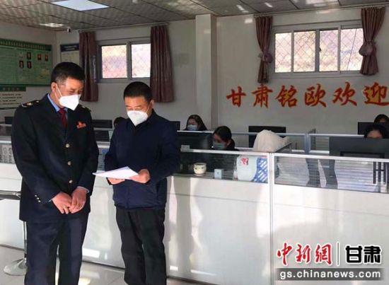 图为税务干部上门给企业辅导捐赠税收政策。刘强 摄