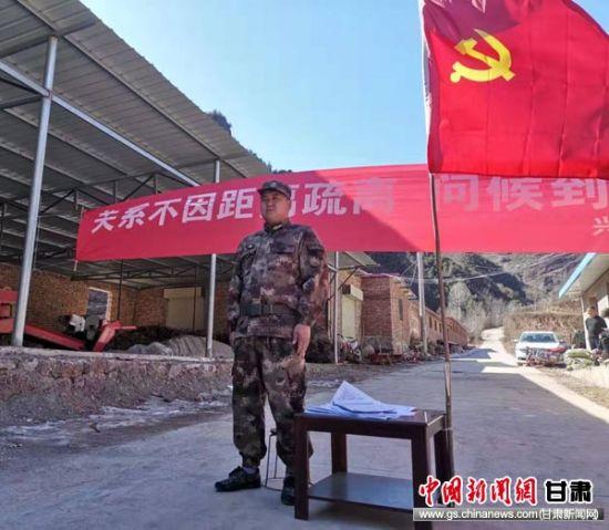 图为兴化乡党员民兵主动在村口劝返来往人员。