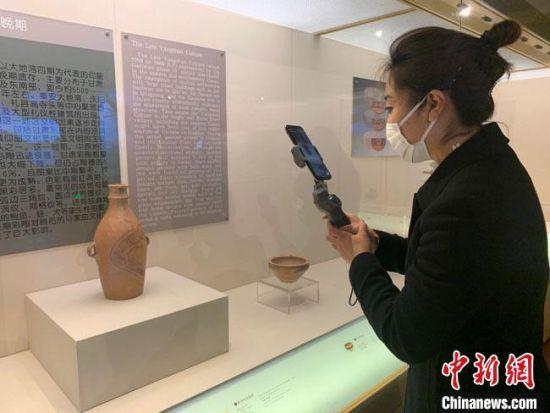 图为甘肃省博物馆讲解员王雪麟正在进行淘宝直播。 甘肃省博物馆供图