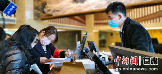 """�D�椤袄���F(tuan)""""成�T在(zai)�(xia)�^(qu)酒店摸查外��(lai)人�T住店情(qing)�r,督查防疫工作(zuo)。"""