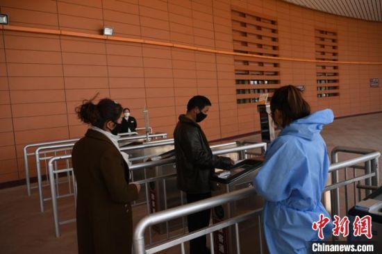 图为游客刷身份证经过电子闸道。 杨艳敏 摄