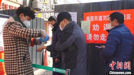 疫情发生后,居民(左一)主动请缨争当防控志愿者,缓解了部分检查点人手不足的难题。 丁思 摄