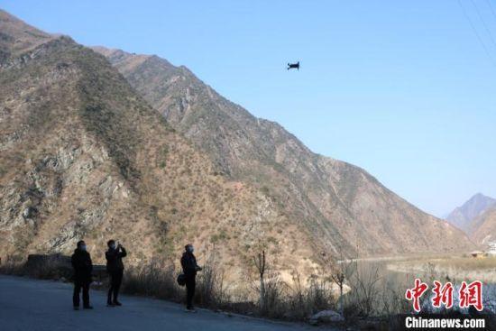 图为陇南市文县用无人机巡查粮油作物面积。(资料图) 王小勇 摄